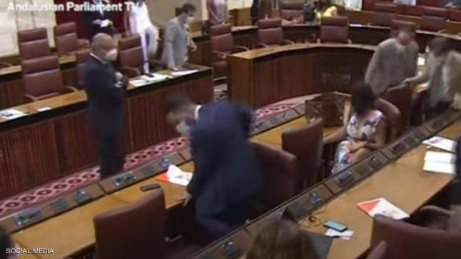 هرج ومرج في جلسة في البرلمان والسبب فأر (فيديو)